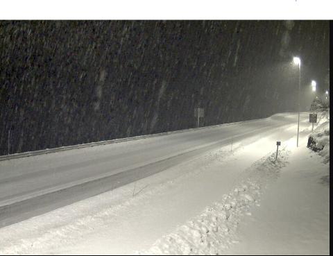 SNØ: Slik ser det ut på E16 ved Honing bru på 743 moh. mellom Borlaug og Maristova i morgontimane tysdag.