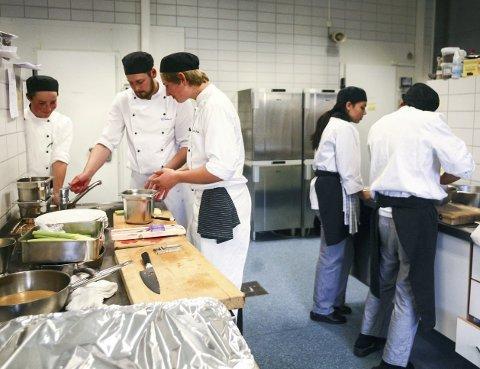 KOKKELERER: De unge kokkene setter pris på at de kan bruke kreativitet i jobben sin.foto: hanna Kvalheim hekkelstrand