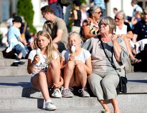 Sommerstemning: Mange koste seg med is i sola. Det var avslappet og sommerlig stemning under PIT-åpningen.