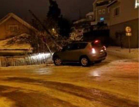 En bilfører var uheldig på den glatte veien i Kragerø. Foto: Stig Tore Fjeld