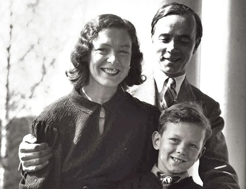 Tordis Maurstad med sin første mann, Alfred Maurstad, og deres sønn Toralv. (Foto: Ester Langberg, Oslo museum)