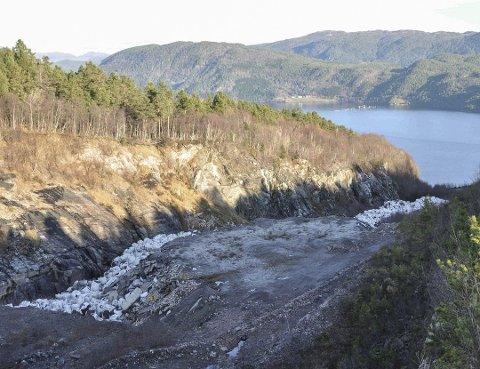 Gamle søppelsekker som ligger på Rausand-området den dag i dag.