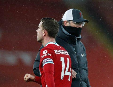 Liverpool nektes inn i Tyskland. Her ser vi Liverpools manager Jurgen Klopp sammen med Jordan Henderson.