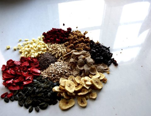 SUNT OG GODT: Tørkede bringebær, banan, mango, fiken, rosiner, nøtter, sjokolade, havre, speltflakes, Alt kan blandes i müsli!