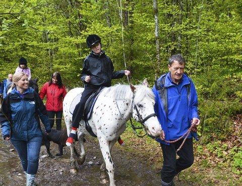 TERAPIRIDNING: En halv times ridning gir 3000 muskelstimuleringer. Og nærhet til natur og hest. Hver tirsdag blir bestefar Just Christian Ebbesen (til høyre) med barnebarnet Kristoffer til Grorud gård. Denne dagen er det Beate Halvorsen Berggreen (til venstre) som er med fra skolen.