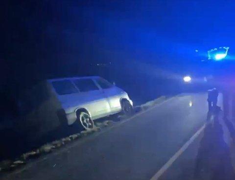 I GRØFTA: Slik fant politiet bilen da de rykket ut til stedet.
