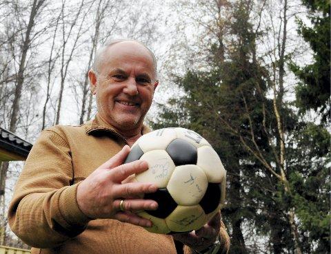 MINNE FOR LIVET: Tidligere fotballformann Eik IF, Leif Goldeng, med signert ball fra Manchester United-spillerne som gjestet Tønsberg gressbane i 1981. (Trykk på pilene for å se flere gamle bilder).