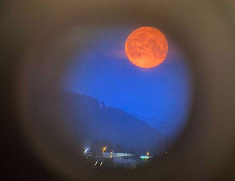 Denne røde fullmånen ble observert fra Byåsen gjennom stjernekikkert mot månen over Tiller.
