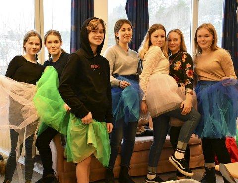 Sminke- og kostymegruppa: Fv Lilly, Maja, Eivind (som bare er på besøk), Pia, Ida, Frida og Solveig. Kostymene de prøver ut her er ikke til årets forestilling.