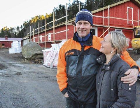 Står på: Britt Elisabeth og Øyvind  Fossdal står på for å utvikle Størdal Gård og skape et bærekraftig levebrød av gårdsdriften. Nå er de igang med å bygge gårdskjøkken.