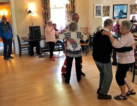 Dans og spill: Det danses på sammenkomstene, og i bakgrunnen kan vi se Arne Nygård på gitar og mor Inger Nygård med mikrofonen.
