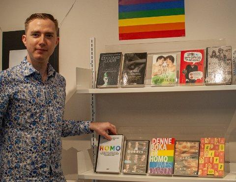 Litteratur i alle regnbogens fargar: Sommarvikar Kai Robin Flesvik Nilsen (24) har samla saman litteratur og filmar som tek opp kjønn, stoltheit og seksualitet.