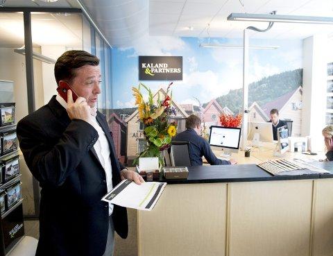 I VEKST: Tommy Kaland, partner i Kaland & Partners, har ansatt 13 personer siste     året og hadde en vekst på 200 prosent i første kvartal sammenlignet med samme periode i fjor, forteller han. – Det er konkurranse i markedet i Bergen.  Jeg føler likvel ikke at vi presses på pris, men så har vi to merkevarer: Fair, som er rimeligere, og Kaland & Partners.  De fleste kundene ser forskjell på produktene som tilbys og forstår at det er prisforskjell, sier han.ARKIVFOTO: ARNE RISTESUND