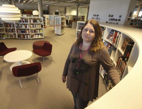 Bekymret: Biblioteksjef Mette Rysjedal er bekymret over hvordan det skal gå med driften av biblioteket om forslaget vedtas.Foto: Steinar Knudsen