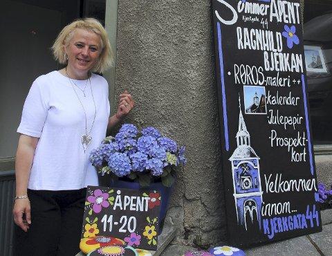 FARGEKLATT: Ragnhild Bjerkan har åpnet eget sommergalleri. FOTO: JON HØSØIEN