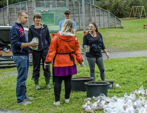 Folksomt: Folk strømmet på og hentet seg poser, bøtter og spann med mesk og Nemaslug. Kampen mot sneglene i Nordby har startet.Foto: Bonsak Hammeraas