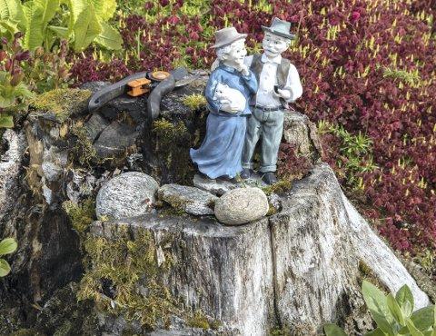 Passer på: Saks og figurer er naturlige innslag i hagen til Solveig og John Einvik.