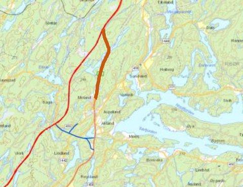 Kart over området. Rød linje er mulig trase for ny E18. Oransje linje dagens veinett. Strekningen som foreslås tilbakeført til naturen (næringsveien) er markert med tykk strek (4,2 kilometer).