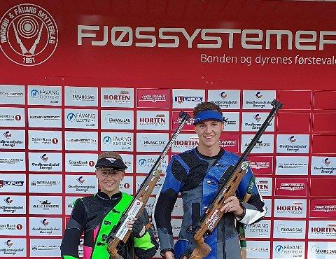 Martias Flikka vant sammenlagt i eldre junior. Her sammen med kjæresten Cecilie Fossmo fra Ringebu og Fåvang som tok 7. plass sammenlagt. De tok begge hver sine stevneseiere med 347 og 345 poeng. Foto: Ringebu og Fåvang skytterlag