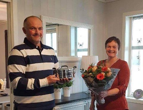 23. november fekk mjølkebonde Harald Rune Askeland både blomst og kake presentert på døra, saman med utmerkelsen Sølvtina. Her saman med leiar i Nordhordland produsentlad, Kari Heggenes Kvammen.