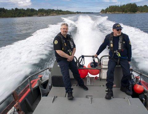 Ronny Langøy (54) og Stig Knutsen (53) er frivillige matrosar på redningsskøyta «Utvær».