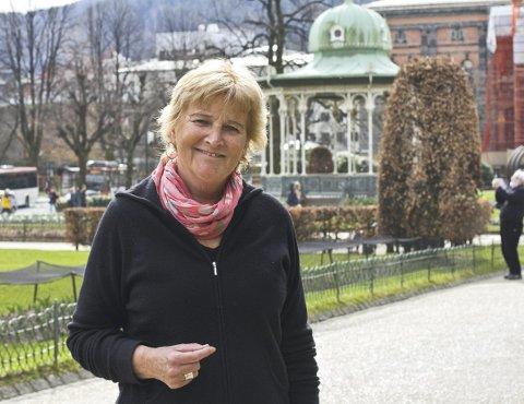 Tidligere journalist, Gro Berntzen (67), satte i gang med bokprosjekt da hun pensjonerte seg. – Jeg har tenkt mye på min egen barndom etter å ha intervjuet og skrevet boken. Det har vært et fint tilbakeblikk, sier forfatteren. Foto: Marie Skarpaas Karlsen
