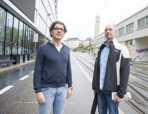 Kristian Ottzen (KY) og Haakon Mjelde (NFF), tillitsvalgte og fengselsbetjenter i Bergen fengsel, håper departementet vil snu.