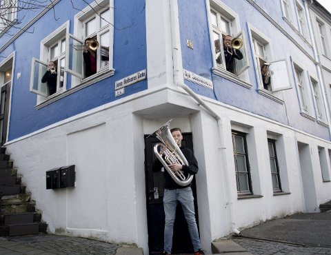 BRASS-HUSET: – Vi leier ikke ut til folk som ikke spiller brass, sier Sølvi Ones og Tore Bryne Berg i midten oppe. Denne uken har det vært hektisk øving foran NM i Brass 2017, som arrangeres i Grieghallen i helgen. I 1. etasje bor tubaist Ben Hirons. Ytterst til venstre Sondre Undertun, til høyre Oda Sundal Osland. FOTO: ARNE RISTESUND