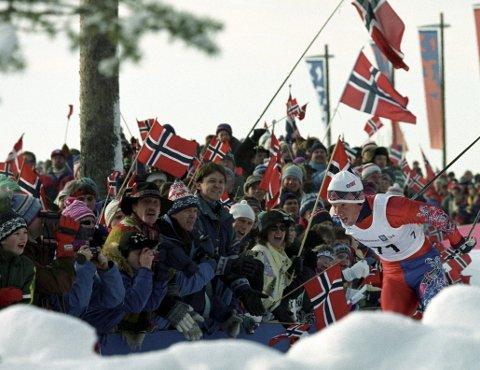Lillehammer har vintertradisjonene, noen av anleggene og arrangementskompetansen på sin side. Her fra OL i 1994. Bjørn Dæhlie heies frem på 10-kilometeren.