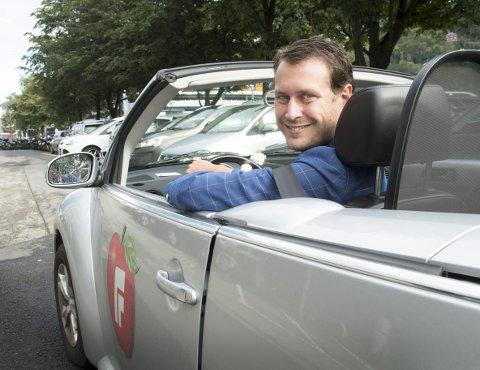 HARRY-HANDEL: Helge André Njåstad har kjøpt seg ny kabriolet billig. Nå suser han av gårde – blant annet på harryhandel til Sverige – med vind i håret og eple på døren. FOTO: ARNE RISTESUND