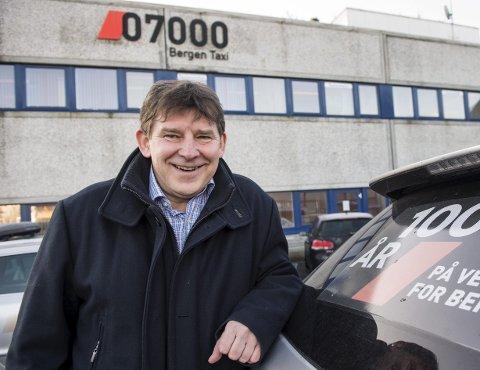 SATSER PÅ BOTOLF: Daglig leder i Bergen Taxi  Jan Valeur har «ansatt» roboten Botolf til å ta imot drosjebestillinger på Messenger. – Han skal ha litt glimt i øyet, sier han. FOTO: ERIK HAGESÆTER