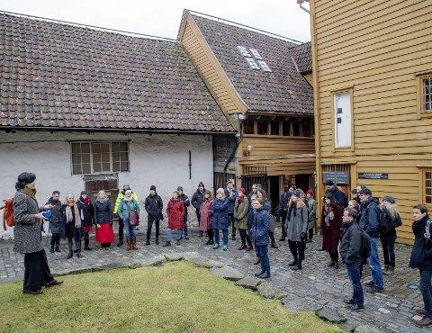Verdensarvkoordinator Hege Bakke-Alisøy fortalte om Bryggens historie, og hvordan verdensarven henger sammen med resten av området.