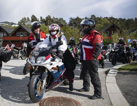Helene Tviberg (50) får instruksjoner av arrangørene i Norge, Eli Johanne Steine (52) og Emilia Kostovska (44).