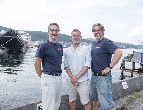 Fra venstre: Utviklingssjef Hjalti Gislason, produktdirektør Thomas Milford og daglig leder Helge Høibraaten poserer utenfor Vimond Media Solutions hovedkontor. Firmaet holder til i TV 2s gamle lokaler på Nøstet.