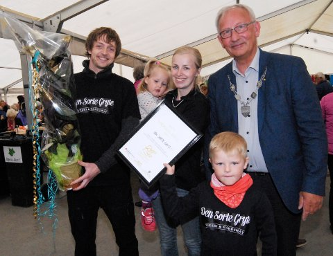 Den Sorte Gryte fikk, under Sjømatfestivalen, overrakt prisen som Årets lødingsværing. Prisen ble delt ut av ordfører Atle Andersen (Ap). Mottakere var Leonhard, Marie, Dina og Svein-Joar, alle med etternavn Husjord. (Foto: Svein Rist)