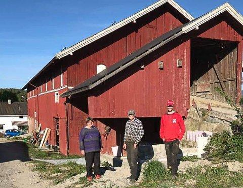 RIVES: Om kort tid begynner rivingen av den gamle driftsbygningen. Jorun J. Tandberg, Hans Christian Tandberg og Hans Andre Tandberg gleder seg til det blir nytt melkefjøs på gården.