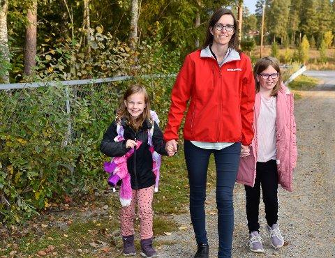 TUNGVINT: Helene Kittilsbråten kjørte i dag døtrene Sara og Maria til skolen. Hun legger ikke skjul på at hun håper på en kortsiktig streik.