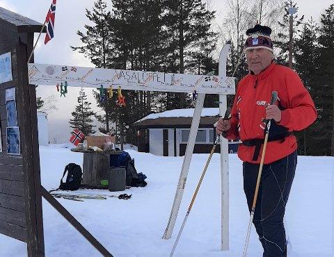 MOSJONIST: Sverre Knudsen skulle gått Vasaloppet i Sverige, men måtte ta til takke med løypene i lokalområdet. Da arrangerte han like gjerne et uformelt skirenn.