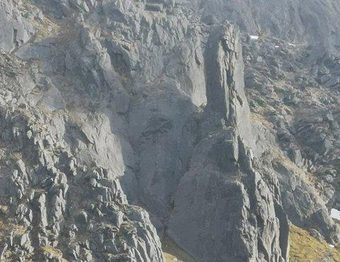 Geolog Fridtjov Ruden knipset bildet av den 50 meter høye steinformasjonen og har døpt den Opnanpeisen.