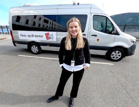 MOBILT PASS- OG ID-KONTOR: - Selv om denne bilen har base her i Troms, har vi planlagt stoppesteder i alle de nordlige politidistriktene, sier Andrea Maria Finjord Jenssen, ansvarlig for tjenesten i Troms politidistrikt.
