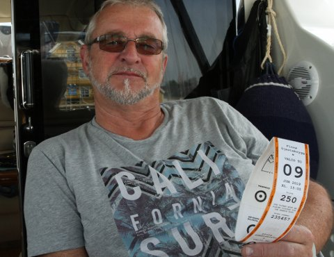 Eivind Ask, leiar i Florø Båtforening, er provosert over det nye prisregimet i gjestehamna.