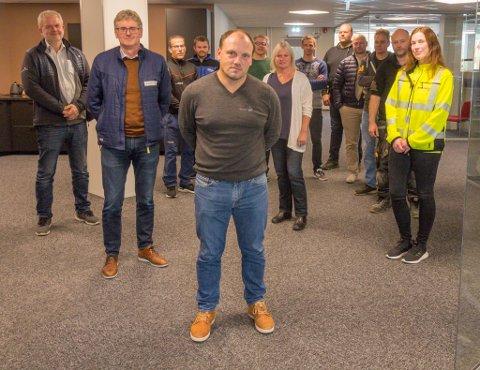 NÆRINGA I RYGGEN: Håkon Svoen (i front) i Byggopp Vestland har etter innspel frå næringslivet fremja forslag om at ei bygg- og anlegglinje må på plass ved Dale vidaregåande skule. Lokale bedrifter stiller seg bak forslaget.