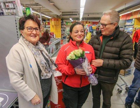 Overrumplet: Laila Johansen fikk både ballongsmell og blomster av to storfornøyde kunder. Else Berit og Leif Eriksen er faste kunder fra nabolaget.