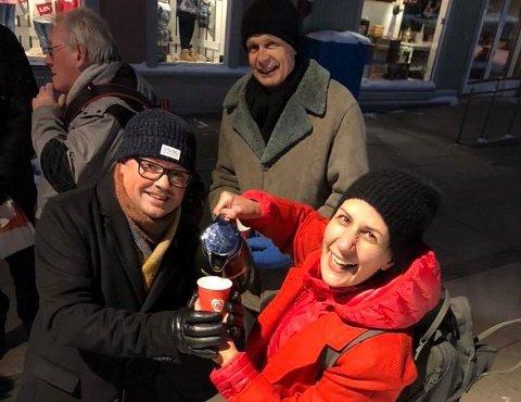 Valg-kaffe: Tirsdag serverte Atle Ottosen, Helene Apenes Matri og resten av Ap kaffe i Fredrikstad sentrum. Partiet legger ikke skjul på at valgkampen er startet.