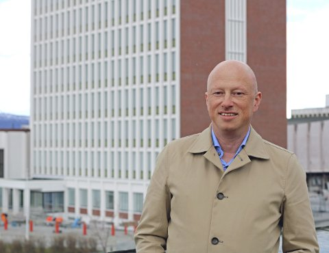 ROSER HENNE: Tidligere ordfører i Narvik, Tore Nysæter (H), roser jobben Wenche Folberg har gjort for kommunen. Foto: Odd-Georg H. Benjaminsen.