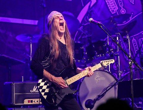 MINNEKONSERT: Heavy metal-gitaristen Ronni Le Tekrø stiller på minnekonserten i verkstedet.