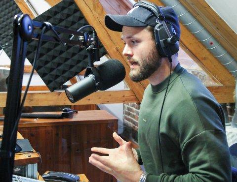 Rogvi Baldvinsson på jobb i Jærradioen. Han kombinerer å være stemmen du hører på radio hver morgen med å spille fotball for Bryne FK og landslaget i Færøyene.