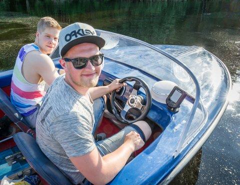 Det tok Bjørn Erik Rønold å forandre denne Selco-båten fra et vrak til en sjødyktig båt. Nå kan han ta med kameratene ut på tur. Peder Norum sitter ved siden av. FOTO: JENS HAUGEN