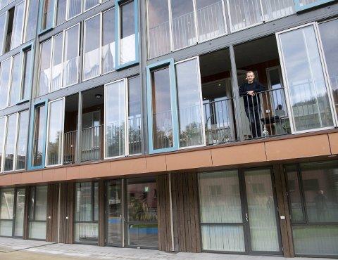 Styreleder i sameiet Portalen Stian Belgen gjør strengt tatt noe ulovlig når han står på balkongen sin.