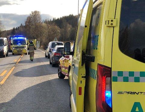 OMKOM: En mann i 50-årene omkom og ei mindreårig jente ble kritisk skadd, etter at en bil med fire personer kjørte av veien på fylkesvei 198 utenfor Kongsvinger.